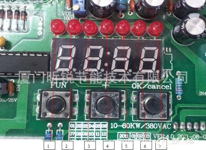 指示灯功能状态操作说明: 1、显示输入密码状态灯:此状态时有高两位和低两位状态,输入密码后按取消键3秒钟即可解除制定日期。 2、工作频率显示状态灯:一般15~20KHZ; 3、PWM(功率调节器)状态显示灯:一般为1000~3000之间大于3000时说明电感量偏小;当为0000时,输入电流又不够时,说明电感量过大,此时调节电位器是没有作用!! 4、显示线圈输出实际工作电流; 5、显示输入实际工作电流:一般为3E40左右; 6、显示IGBT散热器温度状态; 7、显示制定日期状态:在此状态时,通过增加按键输