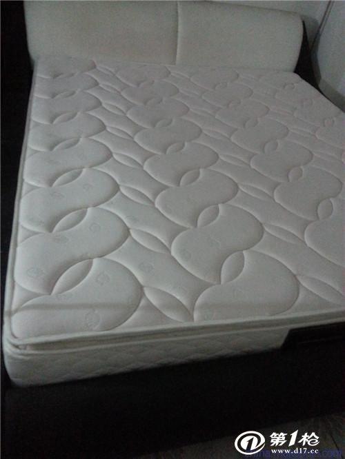 裁床是把裥棉好的布料裁剪到床垫尺寸大小;床网制成,用边框铁将穿簧