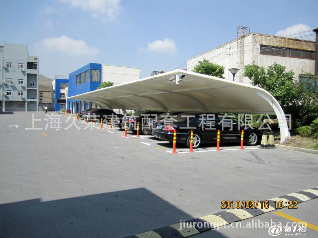 停车雨棚介绍: 停车雨棚作用:具有遮阳、挡雨、实用、美观的作用。 停车雨棚可选材料:钢材、钢索、膜材料等。 停车雨棚结构形式:是由多种高强薄膜材料(PVC或Teflon)及加强构件(钢架、钢柱或钢索)通过一定方式使其内部产生一定的预张应力以形成某种空间形状,作为覆盖结构,并能承受一定的外荷载作用的一种空间结构形式。 停车雨棚适用范围:社区、学校、商业、体育馆、工厂、政府机构等。【温馨提示】:由于产品制作材质、工艺、规格等不同,所以具体价格请来电咨询或面议!