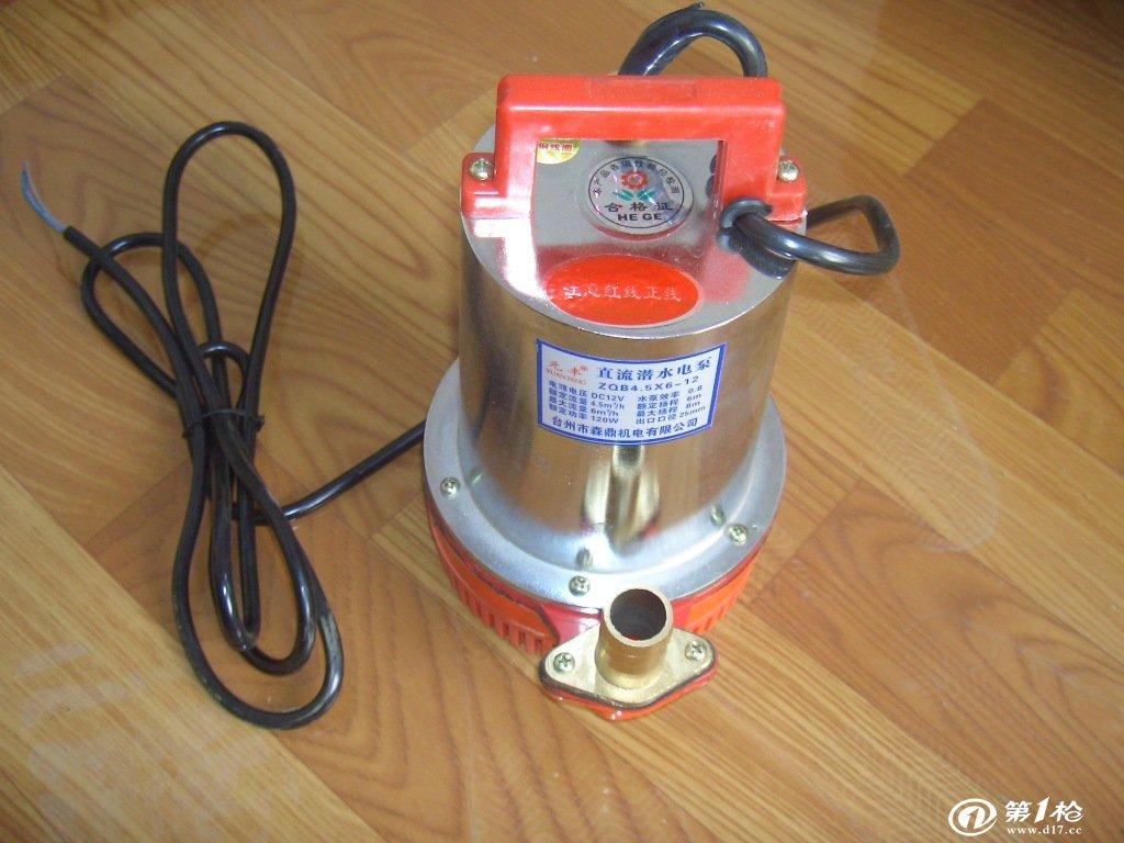 此款水泵只要把插头直接插在电瓶车的充电插孔上就可以打水了,简单