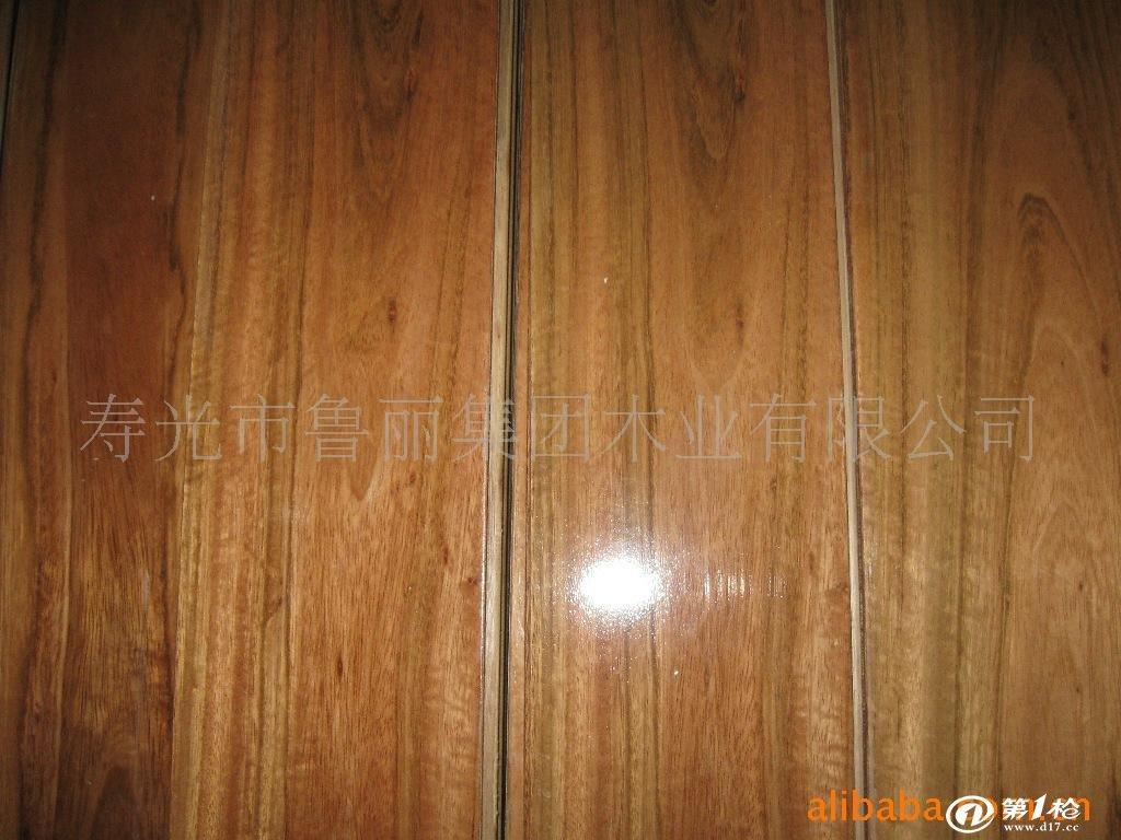 金鲁丽木地板介绍 金鲁丽木地板品质优良,耐磨、耐用、健康环保。 面层采用珍贵天然木材,具有靓丽的色泽、花纹、再加上表面结构的设计,使地板的装饰性能更加丰富多彩。适合居家生活、办公、酒店等使用。弹性模量适中,耐磨、耐用、耐高温、耐腐蚀,是地板行业的升级换代产品。安装后使用明显具有良好的保温、隔热、隔音、吸音、绝缘性能。并能部分调节室内的温湿度。金鲁丽木地板,采用德国生产工艺,保证了木地板的结构合理,胶水环保,稳定性好。是木地板行业的名牌产品。 现我公司正大力度推销该产品,并提供了一系列的优惠政策,望各方有