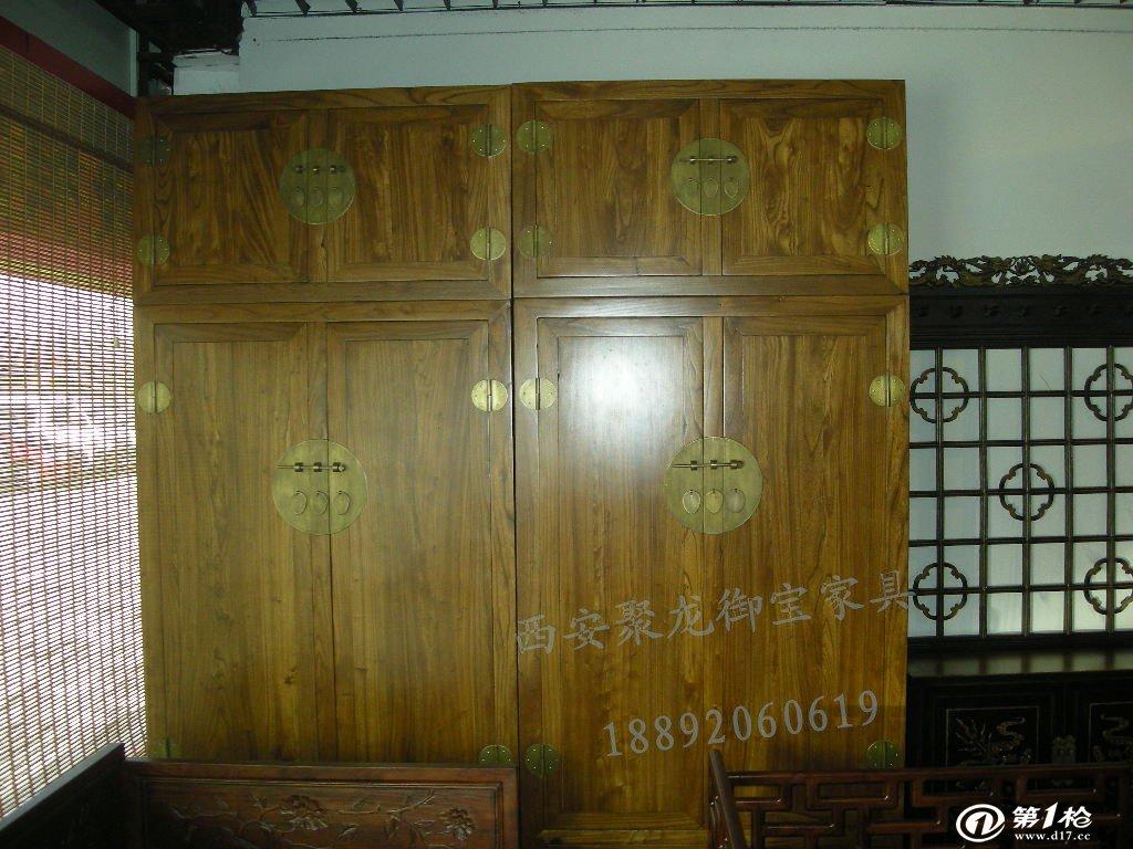 红木衣柜是一种高档奢侈的衣柜,其价格昂贵,收藏价值非常大。而现代红木衣柜不仅继承了古典衣柜的传统,保留了古典文化的优美造型和艺术风格;又吸收了西方衣柜的一些特点和一些流行文化。所以现在的红木衣柜更加的雍容华贵,备受消费者的喜爱。 市场上的红木衣柜有两种:一种红木衣柜指的是其主要外观部分采用红木材质,而内部和其他隐藏部位采用的是普通优质木材。另一种为全红木衣柜,就是指衣柜中所有的木制品零件都必须采用红木制作,这种衣柜的红木使用量较大,所以价格也非常的昂贵。 红木衣柜保养 一、红木衣柜摆放在室内的时候注意远离