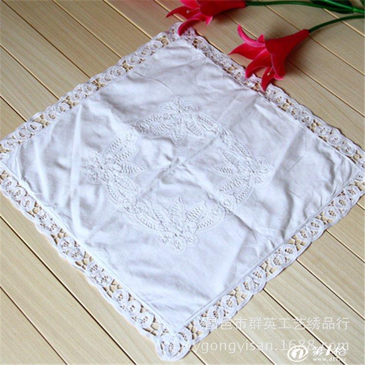 刺绣 的一种,亦称抽纱。是一种以棉线、麻线 、丝线或各种织物 为原料,经过绣制或编织而成的装饰性镂空制品。相传在清末由欧洲 传入我国。早在公元4~5世纪的古埃及 墓葬中便有类似的抽纱花边和雕绣花边 。中世纪 欧洲花边生产集中于修道院。15世纪,意大利 、比利时、法国 都发展花边生产。17世纪是欧洲花边生产的繁荣时期,意大利威尼斯 花边著称于世。19世纪英国 发明花边织机,机制花边问世,从而导致欧洲手工花边的衰落。19世纪末,欧洲花边传入中国 ,爱尔兰传教士丁马茂兰在山东烟