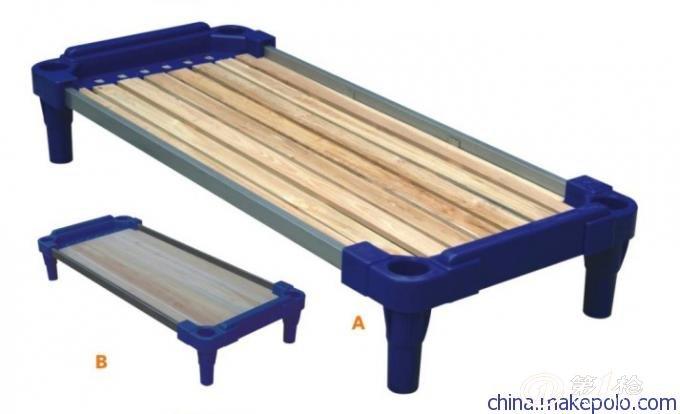 供应塑料床 塑料连体床 塑料木板床 幼儿床 幼儿园用品床 幼儿床简介分类选择 幼儿床是指幼儿时期专业用床,主要考虑幼儿特点,边角都设计成圆形或者弧形,无尖利棱角,用料环保无毒,全叠放。特别注意床的用料是否环保,原木是制造儿童家具的最佳材料 1