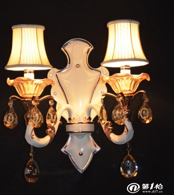润博灯饰位于得天独厚 ,享誉中外的中国灯都--集交通发达,环境优美的广东中山古镇,是一家集设计.生产.销售高当的水晶灯,吊灯,吸顶水晶灯,壁灯,台灯,锌合金压铸蜡烛水晶灯、高当玻璃焟烛灯.夹片水晶焟烛灯,的灯饰厂。(承接订制酒店,会所,别墅,样板房等非标工程灯具) 发展至今,始终关注客户的切身问题,深切了解客户的需要.
