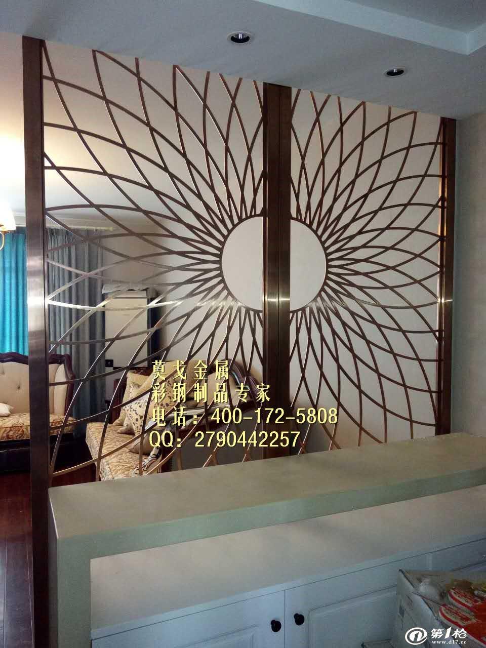 杭州莫戈金属专业定制酒店会所不锈钢屏风隔断,莫戈金属根据自身经验摸索出不锈钢屏风应用于酒店的特点。 一、酒店屏风非常的灵活多变,所以在设计的时候要注意其高度等形态因素。 二、对于酒店不锈钢屏风的颜色要与其周围环境风格样式相互搭配协调,不可太过突兀,反而影响了视觉美感,长期观看会造成一种视觉混乱,影响身体健康。