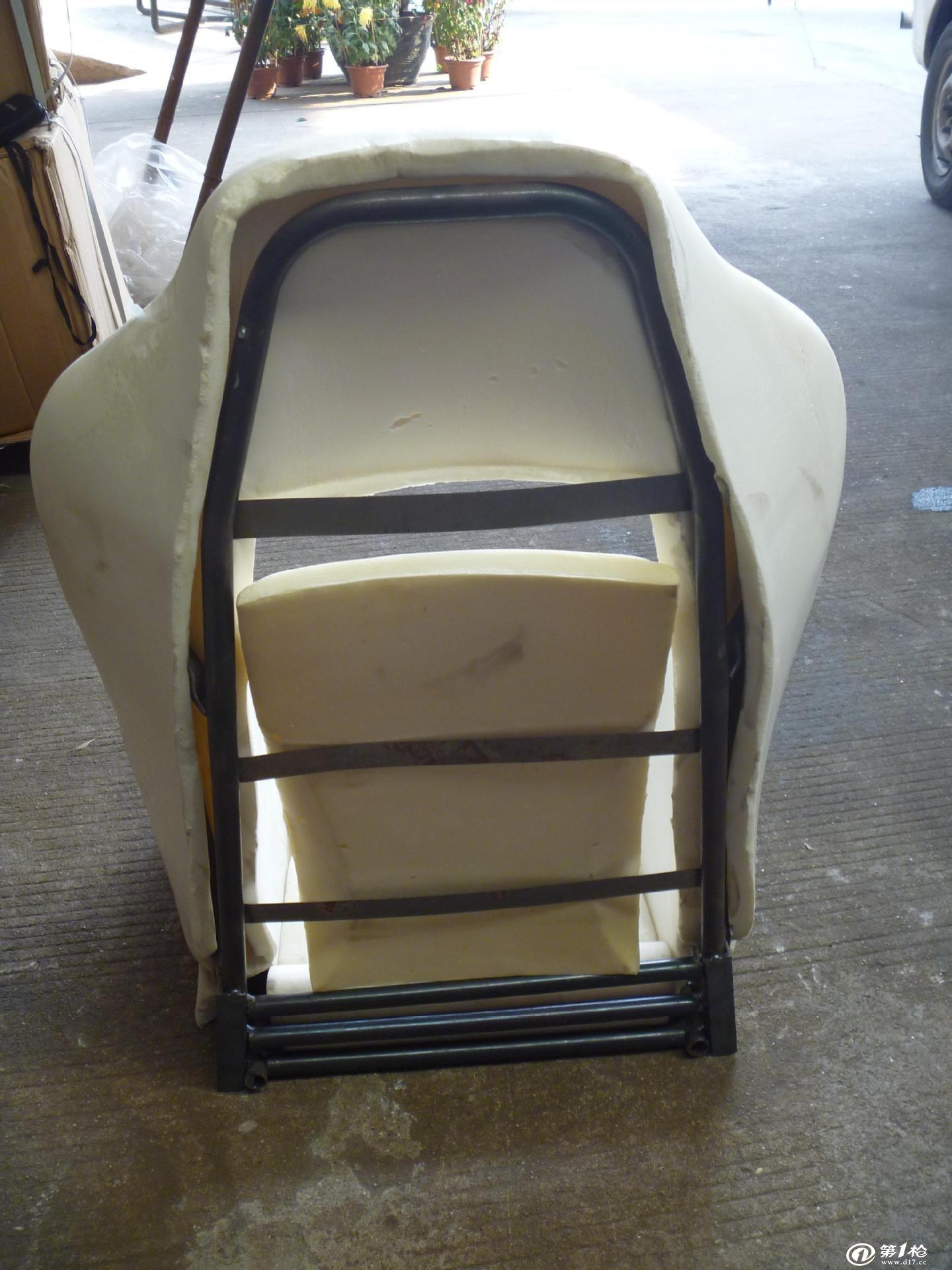 1、椅座、背采用整体成型三合一软体设计,座垫海绵密度不低于60密度,椅背海绵密度不低于55密度。 2、面料采用优质环保皮,阻燃国标,耐磨,抗色变,柔软度适中,易清洗可根据客户需求确定颜色和质感。根据需要还可处理成3M防污;铁氟龙防泼、防尘;抗静电、防菌、防霉变及防火阻燃等要求。阻燃效果可达到中国GB8410-94、GB17951-1998及英国BS7176、BS5852等标准的要求。。 3、钢质部分全部采用国产优质热轧钢(武钢),角铁、管板均采用高频焊接,厚度不低于1.