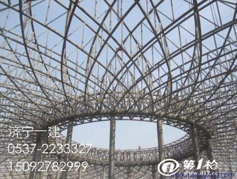 网架结构的施工安装方法分两类:一类是在地面拼装的整体顶升法,整体