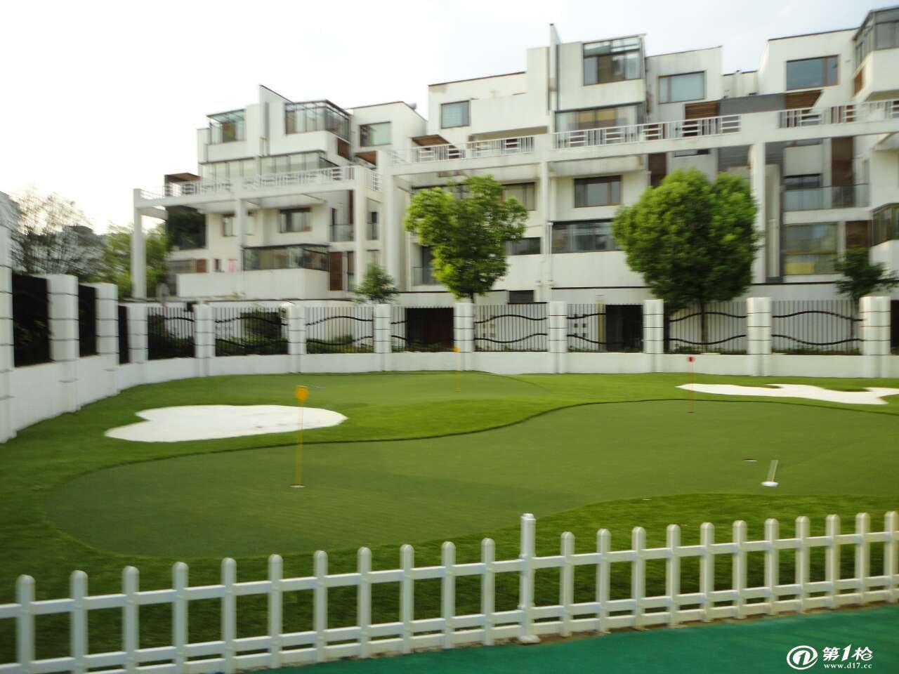 迷你高尔夫的特点: 1、迷你高尔夫运动场无论从模拟自然环境、洞区布置、运动技法练习和比赛规则、运动器材都和高尔夫运动基本相同。区别在于占地面积小、投资费用低是迷你高尔夫的首要特点。 2、营造迷你高尔夫球场的条件没有严格要求,占地面积可大可小,场地形状及地面起伏没有特定要求,可因地制宜营造。即可整块场地,也可切割成多块。如建在别墅、住宅周围。球场也可建在室内房间。 3、与标准高尔夫相比,迷你高尔夫运动参与性非常强,玩家不会受性别年龄甚至球技的限制,大人小孩都能玩,深受家庭与团体活动的欢迎。运动技法单一,