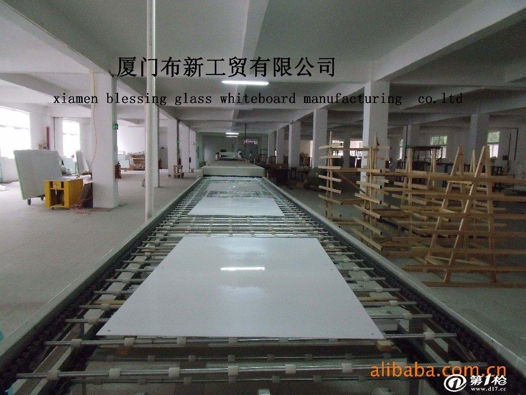厦门布新工贸有限公司是目前国内规模最大、专业化程度最高的玻璃白板及其相关配件的生产厂家。拥有国内最先进的、唯一的专业涂装、烘烤设备及一流的研发、技术人员。产品99%以上销往欧洲、北美洲、澳洲。 我们生产的玻璃白板系列产品的品质居于世界领先地位,有过与包括美国微软公司总部、百事可乐公司、乐捷显示公司(冠捷品牌的拥有者)、荷兰海牙大学、阿姆斯特丹自由大学等世界顶级公司及机构的成功合作经验 我们生产的玻璃白板系列产品的品质居于世界领先地位,有过与包括美国微软公司总部、、百事可乐公司、乐捷显示公司(冠捷品牌的拥有