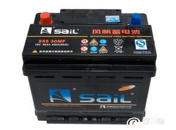 检查蓄电池在支架上的固定螺栓是否拧紧,安装不牢靠会因行车震动而引起壳体损坏。另外不要将金属物放在蓄电池上以防短路。 时常查看极柱和接线头连接得是否可靠。为防止接线柱氧化可以涂抹凡士林等保护剂。 不可用直接打火(短路试验)的方法检查蓄电池的电量这样会对蓄电池造成损害。 普通铅酸蓄电池要注意定期添加蒸馏水。干荷蓄电池在使用之前最好适当充电。至于可加水的免维护蓄电池并不是不能维护适当查看必要时补充蒸馏水有助于延长使用寿命。 蓄电池盖上的气孔应通畅。蓄电池在充电时会产生大量气泡若通气孔被堵塞使气体不能逸
