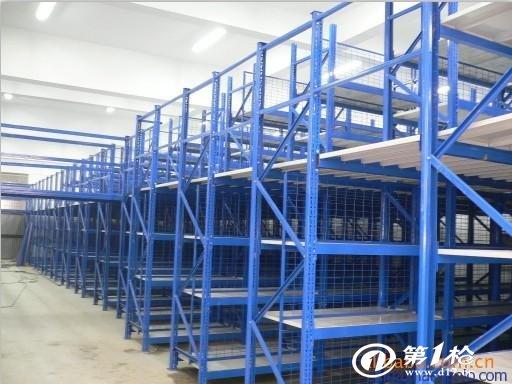 【轻型阁楼货架简介】 轻型阁楼货架有组装式结构和焊接式结构,设计可根据场地的实际情况设计并制造出符合使用功能,满足物流需求的钢结构平台,广泛应用与工厂车间及仓库,使有限的空间可放置更多的货物,钢平台也称工作平台,通常由型钢和钢板等制成的梁、柱、板等构件组成;各部分之间用焊缝、螺丝或铆钉等连接,全自动表面喷塑防腐处理,承载性能优越,外观简洁,广泛应用于各个行业.