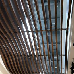 供应咖啡厅吊顶 弧形铝格栅 木纹弧形铝方通 拱形铝方通