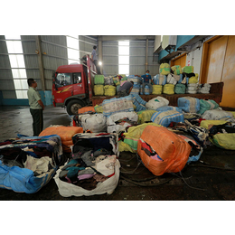 上海库存的服饰服装销毁现场 保税区贸易仓储服饰箱包销毁