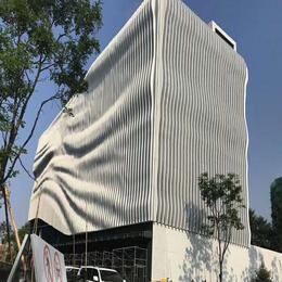 供应商务中心外墙弧形铝格栅 白色弧形铝方通 弧形铝幕墙
