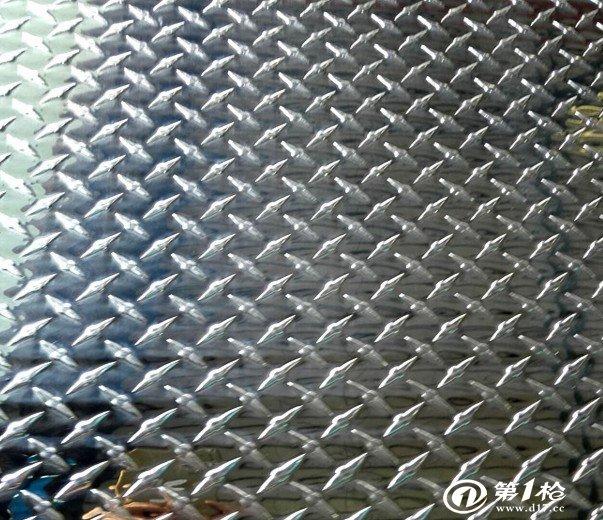1060铝板带,含铝量达到99.6%以上又被称为纯铝板,在铝板带家族中属于常用的系列。此系列铝板的上风:最为常用的系列,出产过程比较单一,技术相对于比较成熟,价格相对于其它高档合金铝板有巨大上风。有良好的延伸率以及抗拉强度,完全能够知足常规的加工要求(冲压,拉伸)成型性高。为产业纯铝,具有高的可塑性、耐蚀性、导电性和导热性,但强度低,热处理不能强化可切削性不好;可气焊、氢原子焊和接触焊,不易钎焊;易承受各种压力加工和引伸、弯曲。 1060铝合金合用范围:1060广泛应用于对强度要求不高的产品.