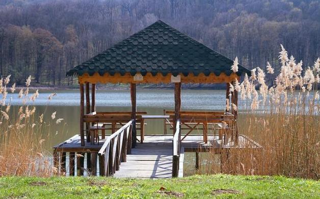 湖边凉亭图